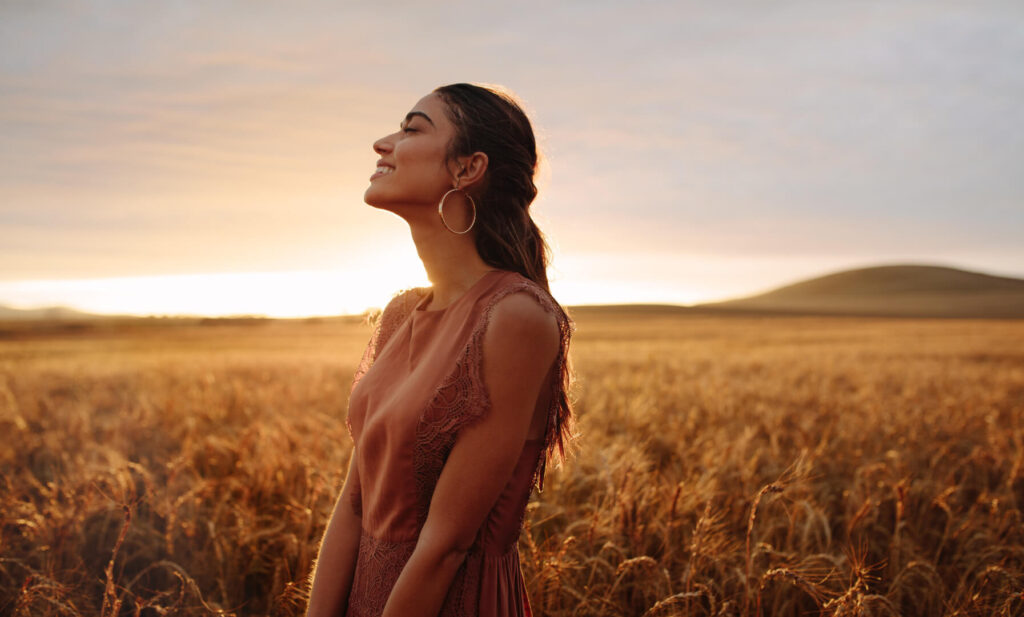 Щастлива жена в поле.