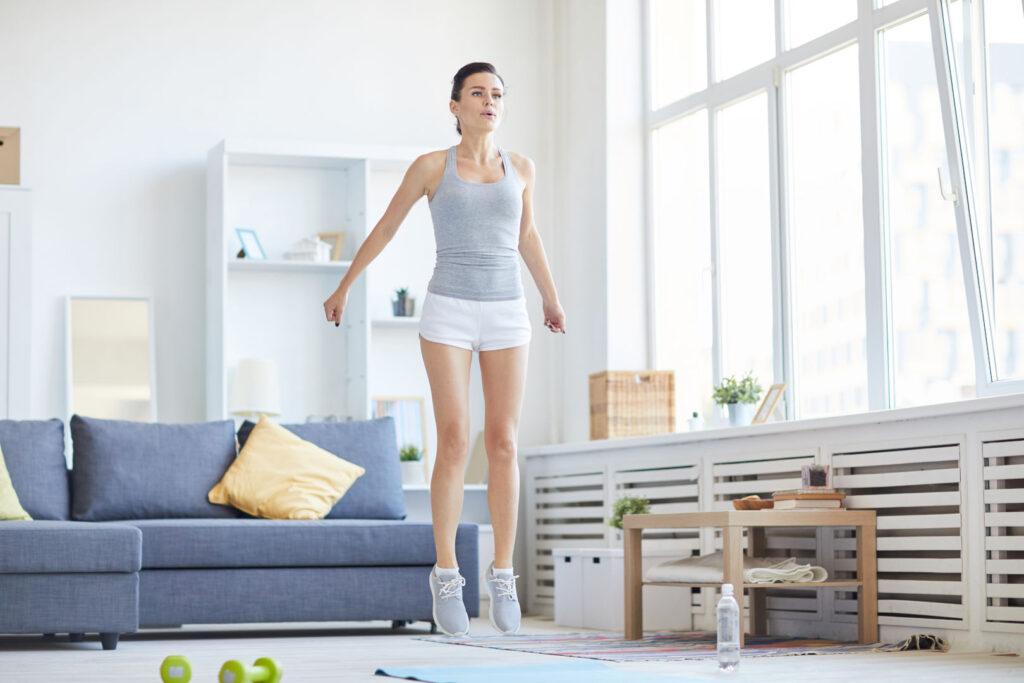 Енергична жена, тренира у дома.