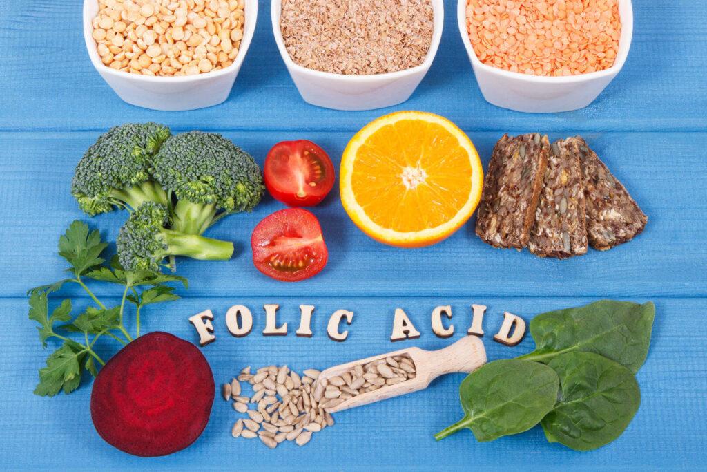 Храни богати на фолиева киселина подредени на маса.