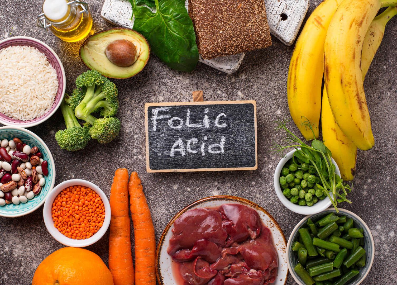 Храни богати на фолиева киселина върху маса