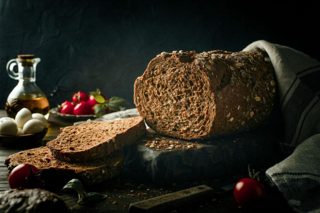 Пълнозърнест хляб на маса